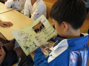 送られたカードをみる香港児童 (1024x768)